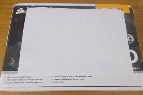 Лист белой бумаги, наклеенный на картонную коробку