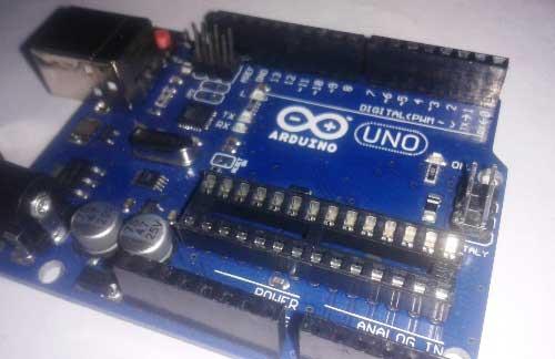 Вид платы Arduino с удаленной микросхемой микроконтроллера