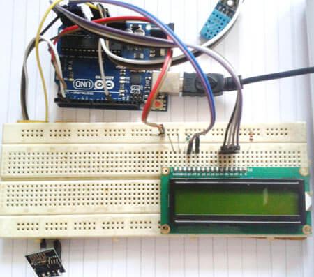 Внешний вид собранного устройства на Arduino для измерения температуры и влажности