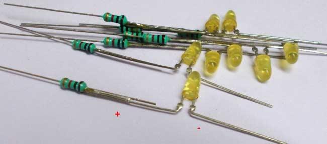 Спаянные концы светодиодов и резисторов