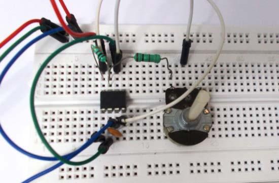 Внешний вид собранного на макетной плате генератора прямоугольных колебаний