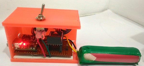 Обматываем аккумулятор герметичной лентой