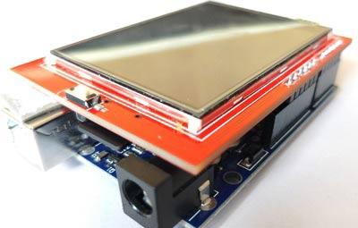 Размещенный сверху над платой Arduino шилд TFT ЖК дисплея