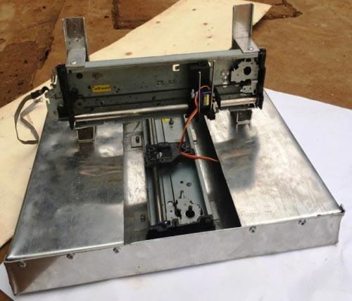 Вид основания плоттера с двумя установленными опорами от принтера