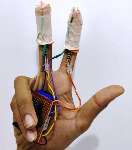 Размещение элементов проекта на пальцах крупным планом