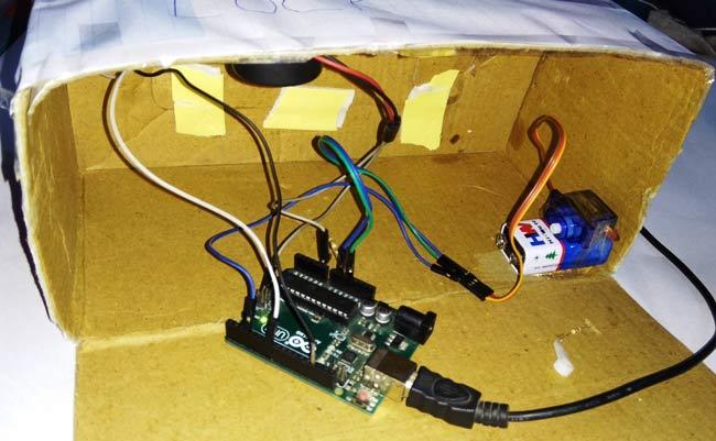 Собранный умный замок внутри картонной коробки