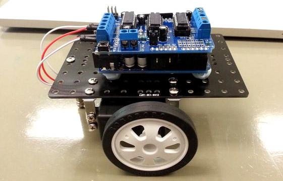 Внешний вид робота для очистки пола на основе Arduino и ультразвукового датчика