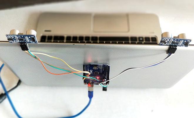 Крепление ультразвуковых датчиков на экране ноутбука: вид сверху
