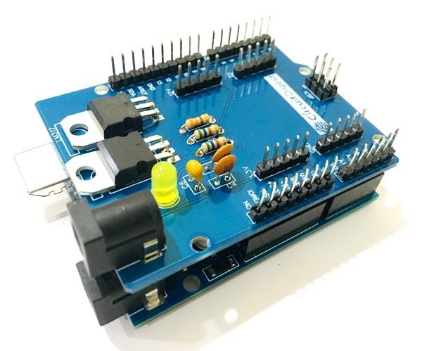 Плата Arduino Uno с прикрепленным к ней шилдом источника питания