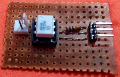 Оптопара MCT2E и соединения с ней на перфорированной плате