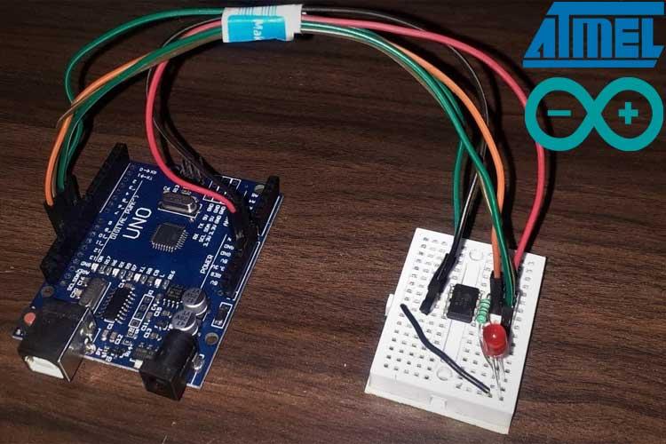 Внешний вид процесса программирования ATtiny85 с помощью платы Arduino Uno