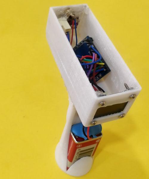 Напечатанные элементы корпуса термометра с размещенными внутри электронными компонентами (вид сзади)