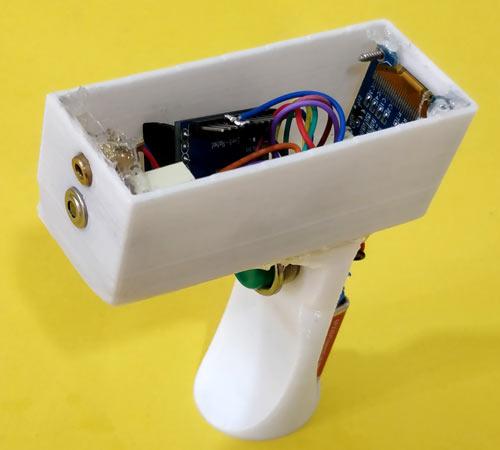 Напечатанные элементы корпуса термометра с размещенными внутри электронными компонентами (вид сбоку)