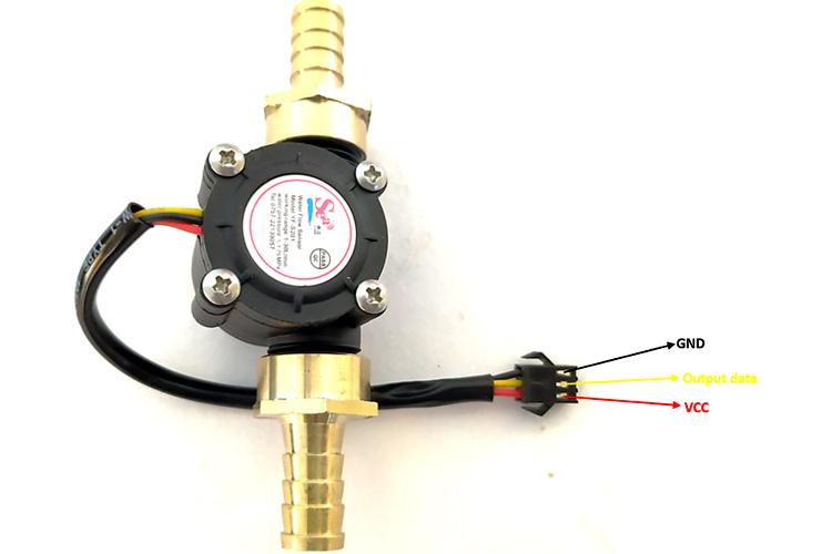 Внешний вид датчика YF-S201 с подсоединенными коннекторами