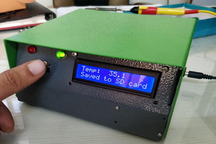 Внешний вид бесконтактного настенного термометра на Arduino с логгером данных на SD карту