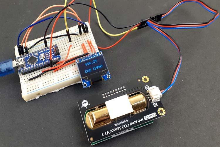 Внешний вид подключения аналогового инфракрасного датчика гравитации CO2 к плате Arduino