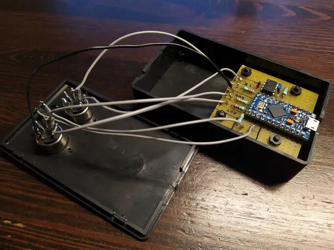 Вид внутренностей адаптера USB в MIDI на основе платы Arduino