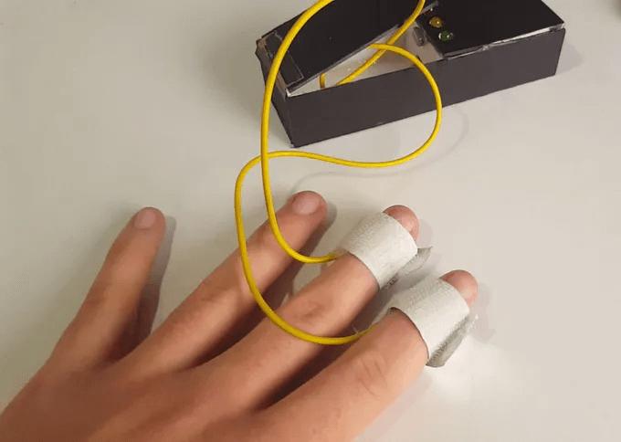 Подключение детектора лжи к пальцам испытуемого