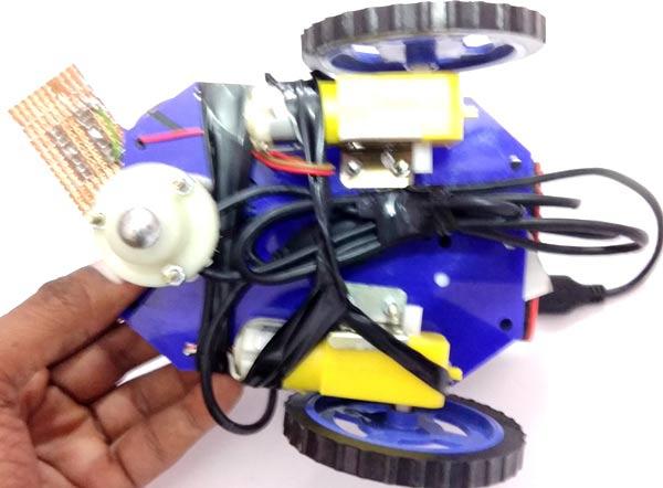Внешний вид собранной роботизированной машины с камерой наблюдения (вид снизу)